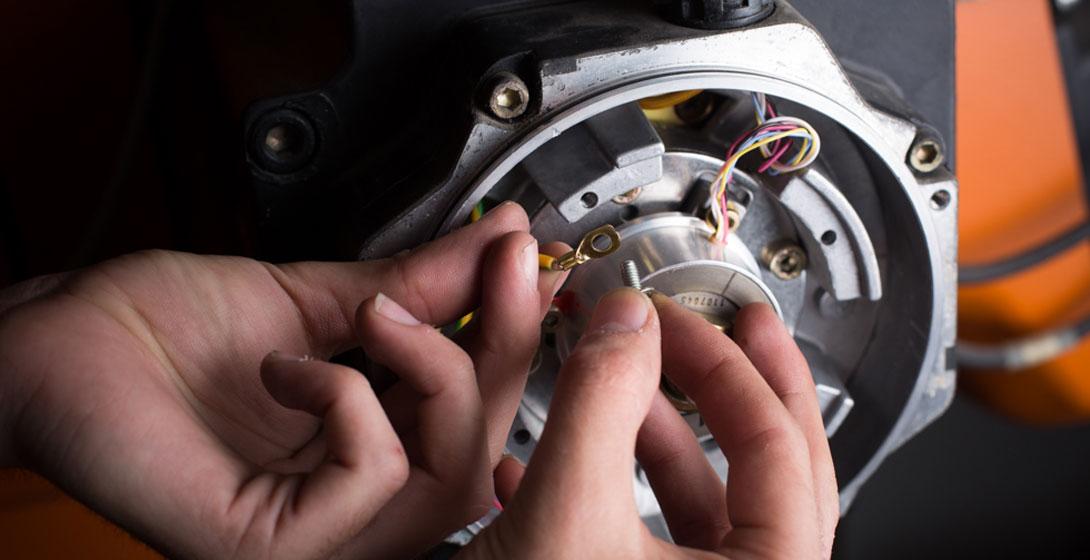 Manos de estudiante de Mondragon Unibertsitatea manipulando maquinaria