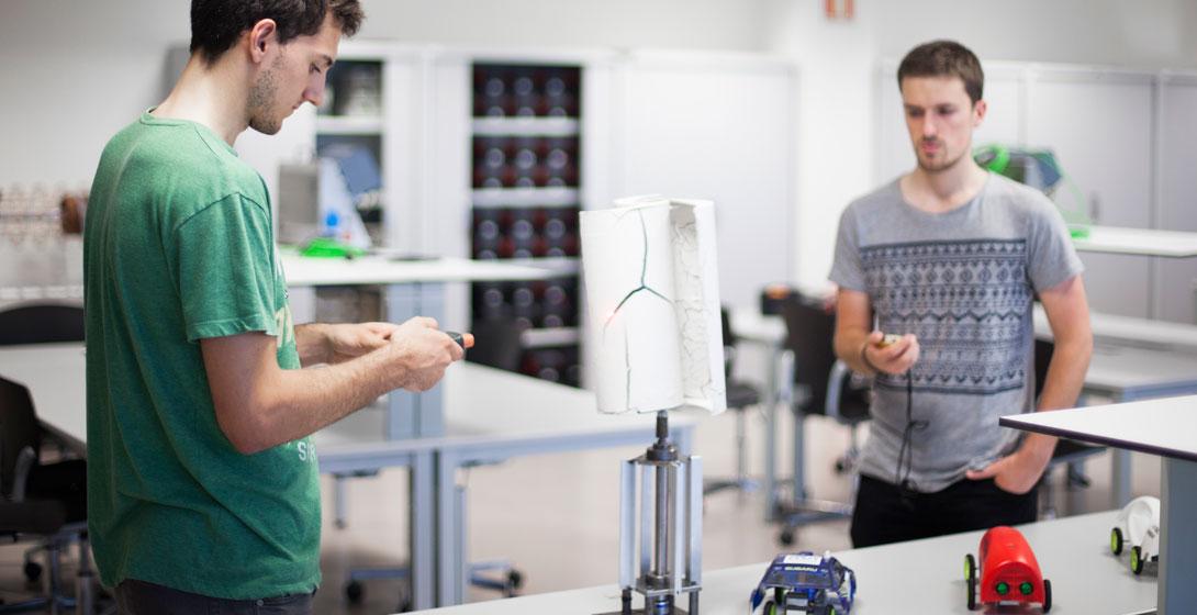 Dos estudiantes de Mondragon Unibertsitatea en taller manipulando objetos